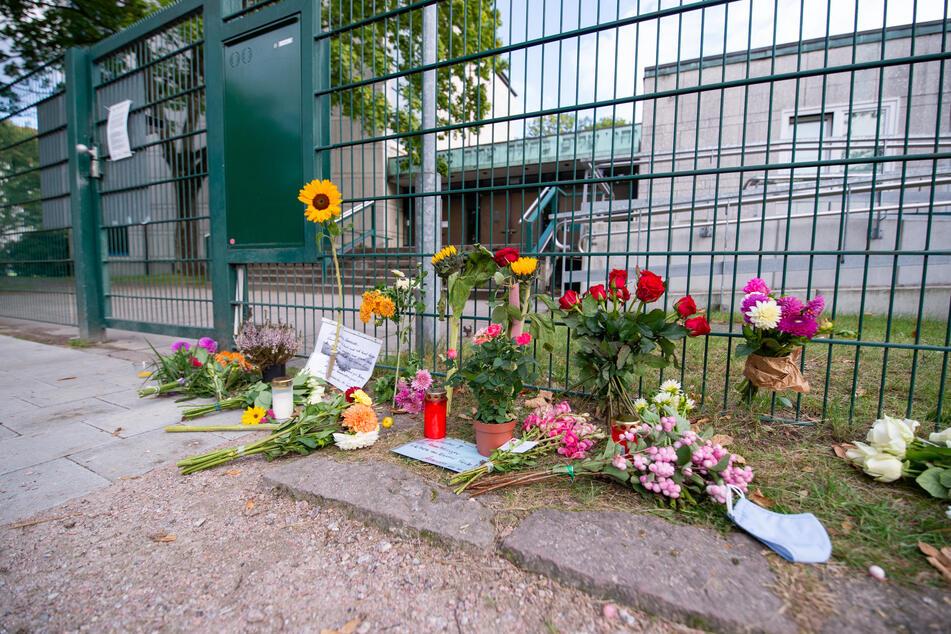 Nach dem Angriff auf einen jüdischen Studenten vor einer Hamburger Synagoge legten Passanten am Tatort Blumen ab. (Archivfoto)