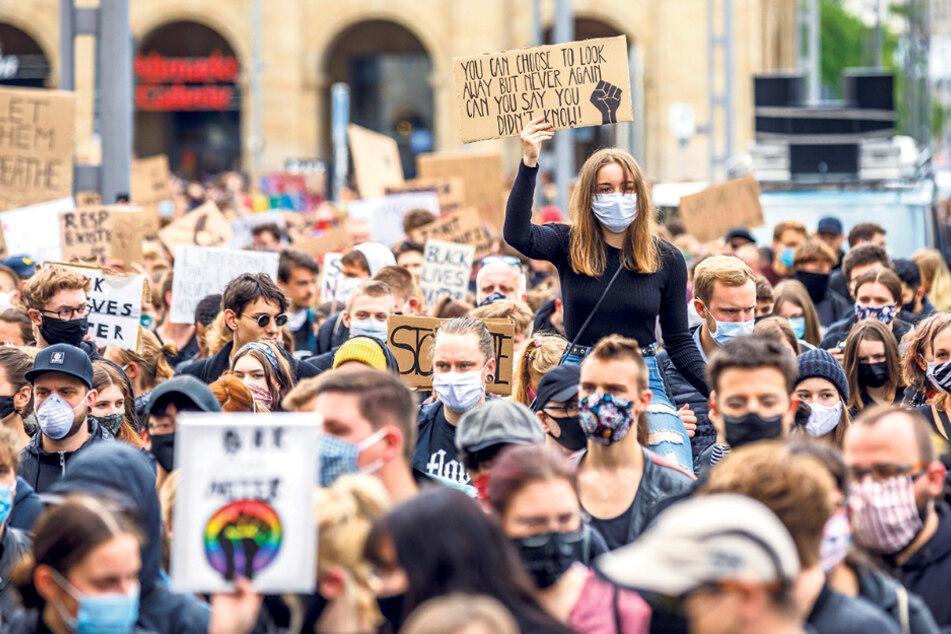 """Die Linken vermissten Kretschmer auch bei den Demos gegen Rassismus am Wochenende. Bei """"Herz statt Hetze"""" war er aber zum Beispiel."""