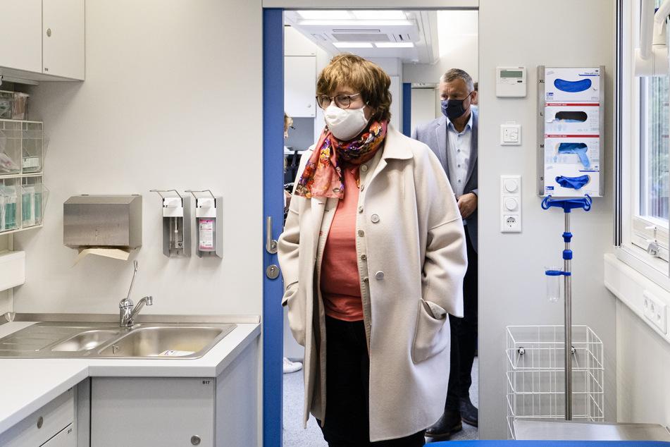 Sabine Sütterlin-Waack (CDU), Innenministerin von Schleswig-Holstein, besucht das Deutsche Rote Kreuz (DRK).