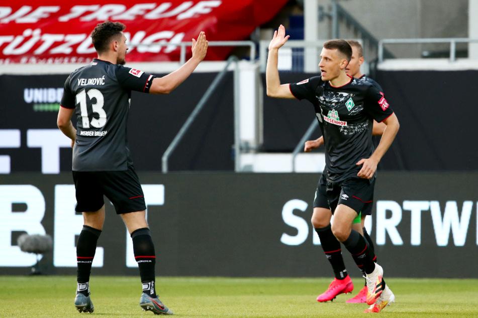 Maximilian Eggestein (r.) bejubelt mit Milos Veljkovic die frühe Bremer 1:0-Führung.
