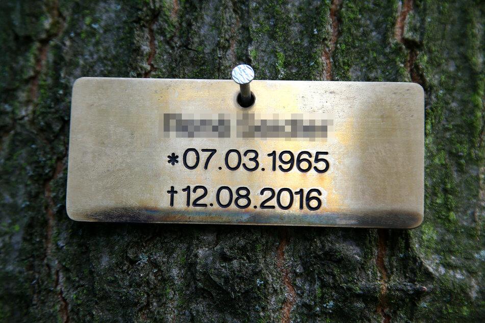 Die Gestaltung von Waldgräbern ist minimalistisch. Wenn überhaupt, weist ein kleines Schild auf den Verstorbenen hin.