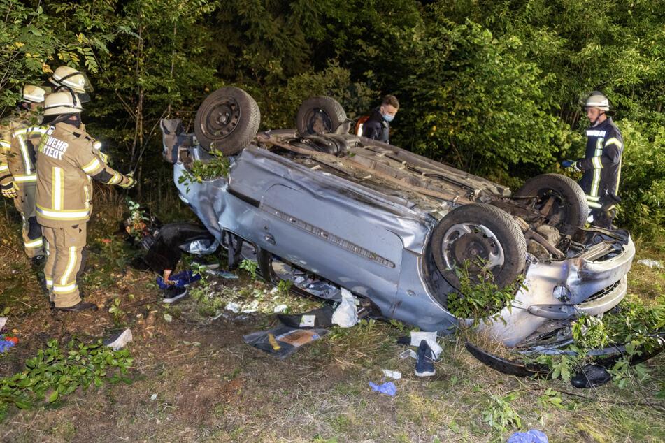 Drei Menschen erlitten in dem Unfallwrack schwere Verletzungen.