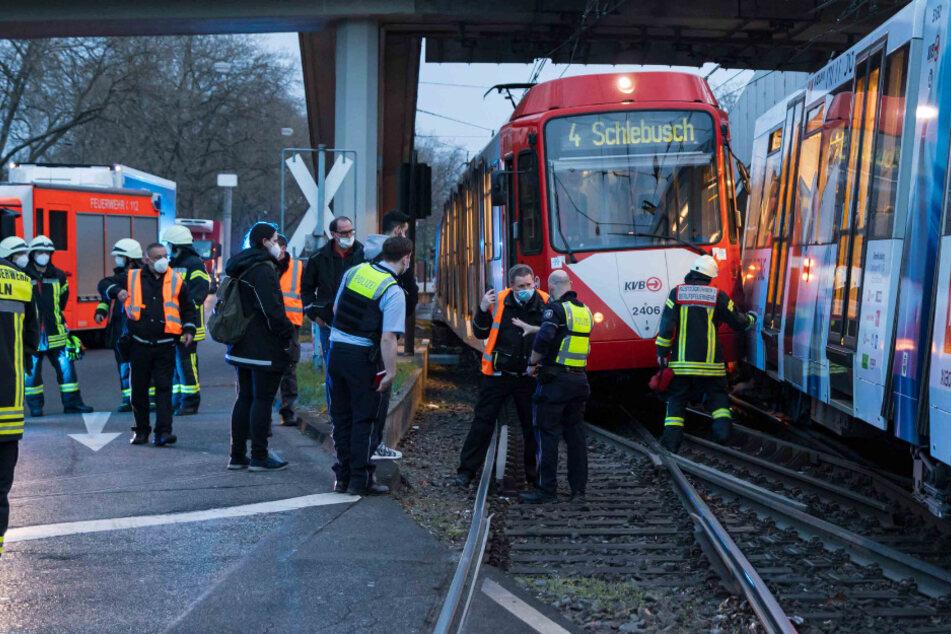 Schock-Moment in Mülheim: KVB-Bahnen knallen ineinander und verkeilen sich