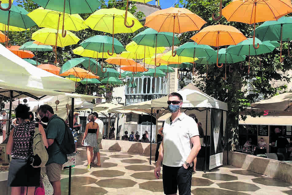 Entspannter Urlaub auf der Risiko-Insel: Reise-Unternehmer Lutz-Peter Schöne (54) mit Mundschutz beim Marktbesuch in Sóller.