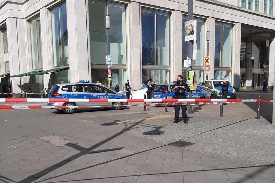 Auf dem Alexanderplatz hat sich eine Person mit Benzin übergossen und sich dann angezündet.