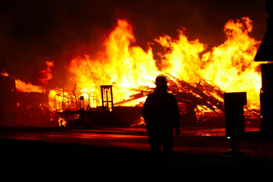 Die Maschinenhalle brennt komplett nieder.