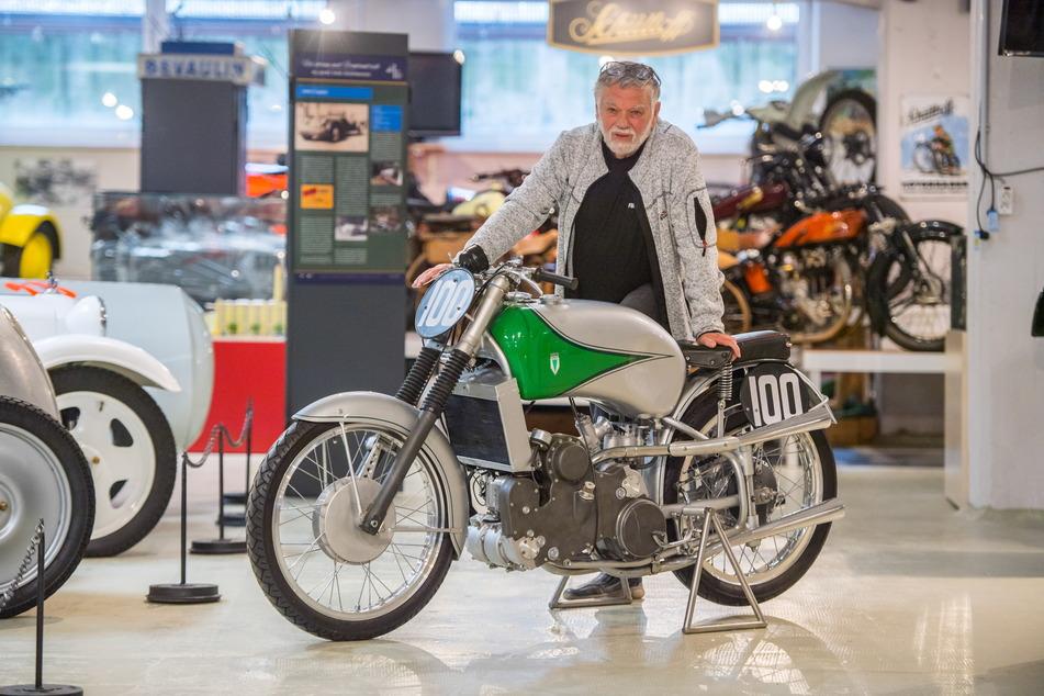Frieder Bach (77) präsentiert den einzigartigen Neuzugang im Fahrzeugmuseum.