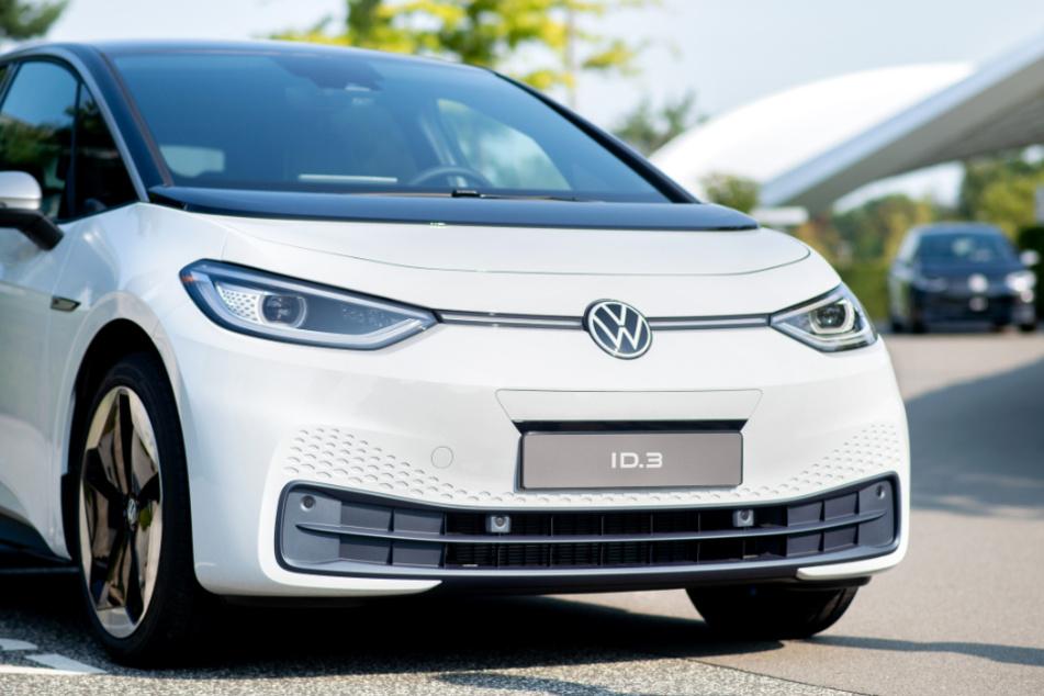 Wolfsburg: Ein neuer VW ID.3 steht bei einem Pressetermin zur Auslieferung der ersten Volkswagen-Elektroautos auf einem Parkplatz in der Autostadt.