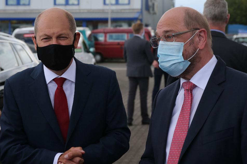 Olaf Scholz (62, SPD, l), Vizekanzler, Bundesfinanzminister und designierter Kanzlerkandidat, sowie Martin Schulz (64), ehemaliger Kanzlerkandidat der SPD, kommen zu einer Wahlkampfveranstaltung zur Kommunalwahl in Nordrhein-Westfalen 2020.