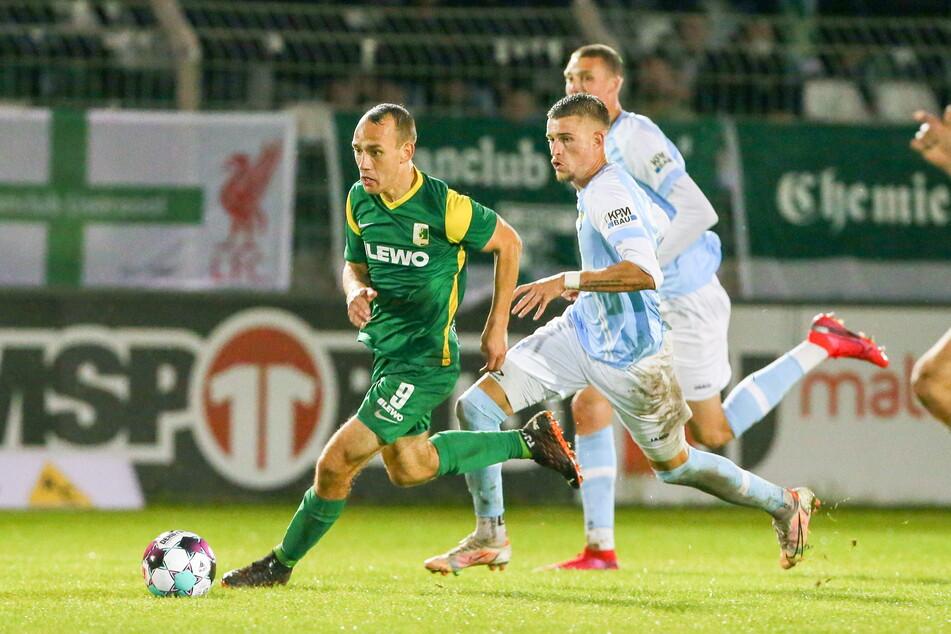 Kilian Pagliuca (25, r.) verfolgt den Chemiker Timo Mauer. Auch in Leipzig reichte es für den Chemnitzer FC nicht zu einem Sieg.