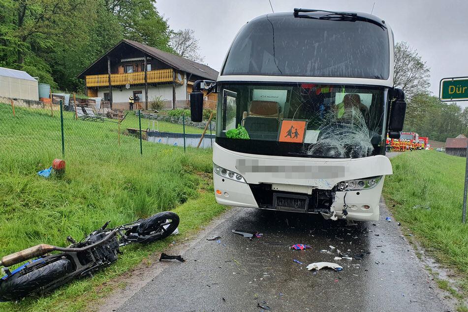Das Motorrad krachte frontal in einen entgegenkommenden Schulbus.