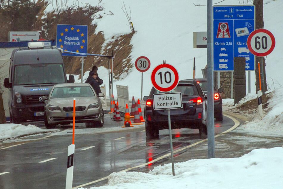 Polizisten kontrollieren nahe dem Aschauer Ortsteil Sachrang vom Kufsteinerland in Tirol die nach Österreich fahrenden Autos.
