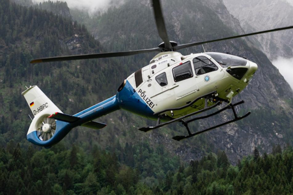 Von einem Hubschrauber aus entdeckten die Polizisten die Gesuchten. (Symbolbild)