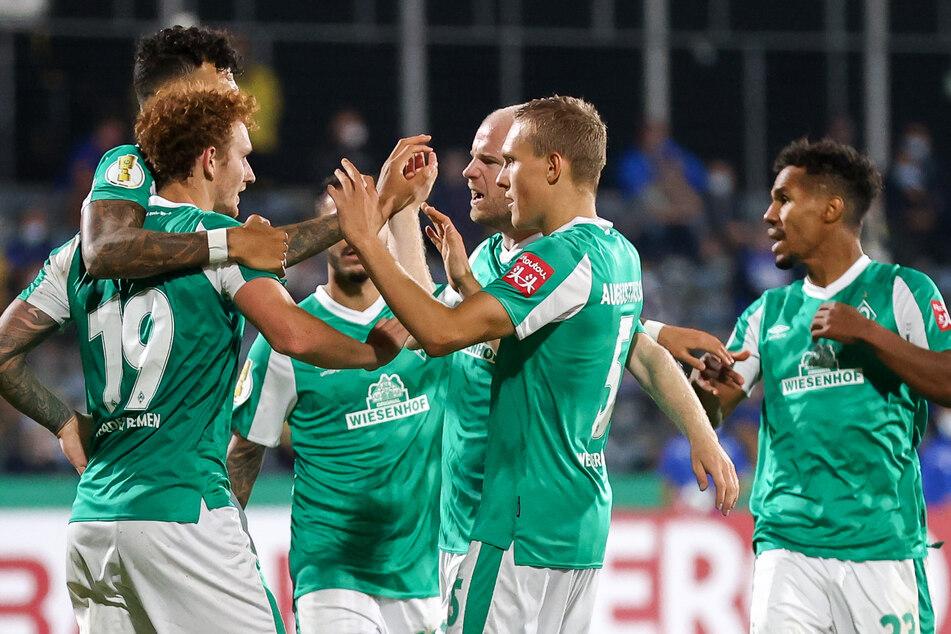 Fußball-Bundesligist Werder Bremen darf sein erstes Saison-Heimspiel am kommenden Samstag gegen Hertha BSC vor 8500 Zuschauern austragen.
