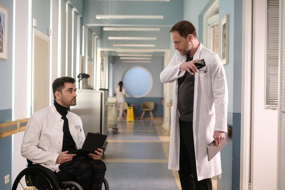"""Tan Caglar als Dr. Ilay Demir (l.), hier mit Julian Weigend als Dr. Kai Hoffmann, wird seinen ersten Auftritt in der Folge """"Gespenster"""" am 10. August haben."""