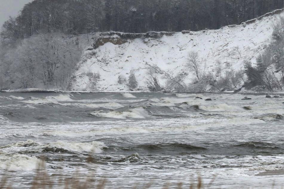 Junge (14) fällt beim Herumklettern auf Eisschollen in eiskalte Ostsee