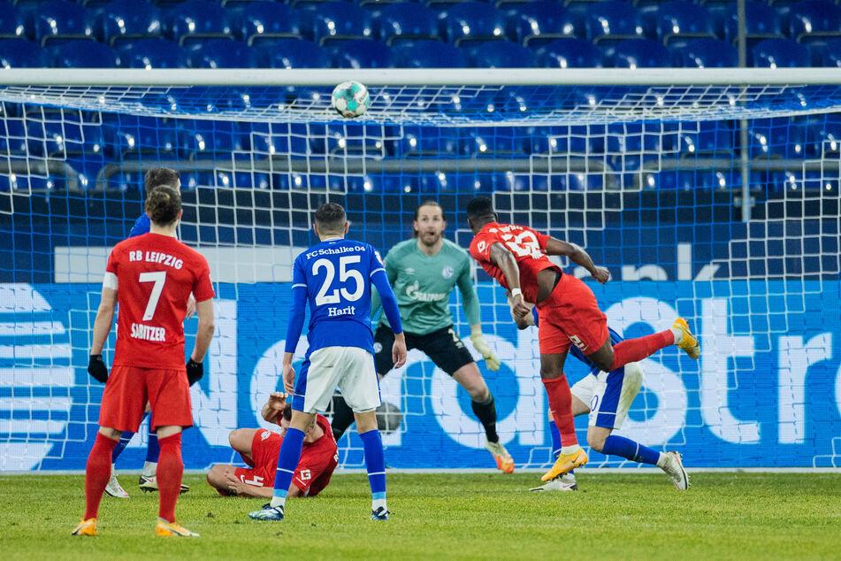 Das 1:0 für die Gäste: Nordi Mukiele (r.) stiehlt sich Shkodran Mustafi (dahinter) davon, köpft so unhaltbar für Torhüter Ralf Fährmann in die Maschen.