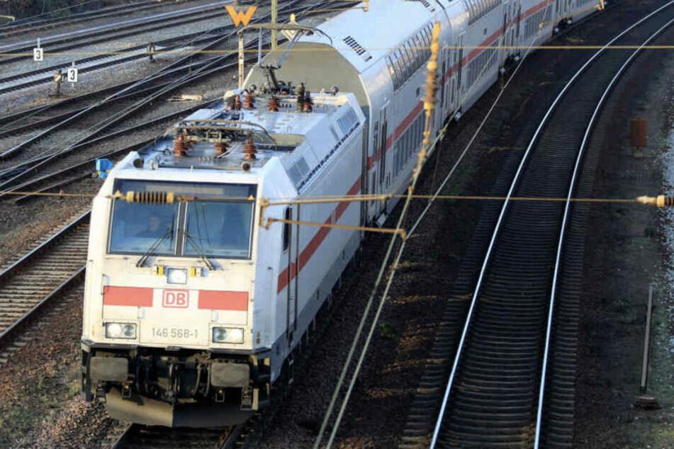 Frau überquert Gleise an falscher Stelle und wird von Zug erfasst