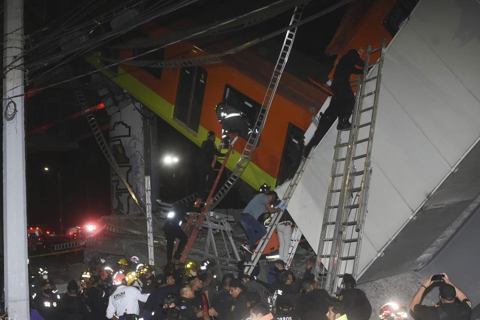 Feuerwehrleute und Rettungskräfte arbeiten daran, Opfer aus dem U-Bahn-Wagen zu bergen.