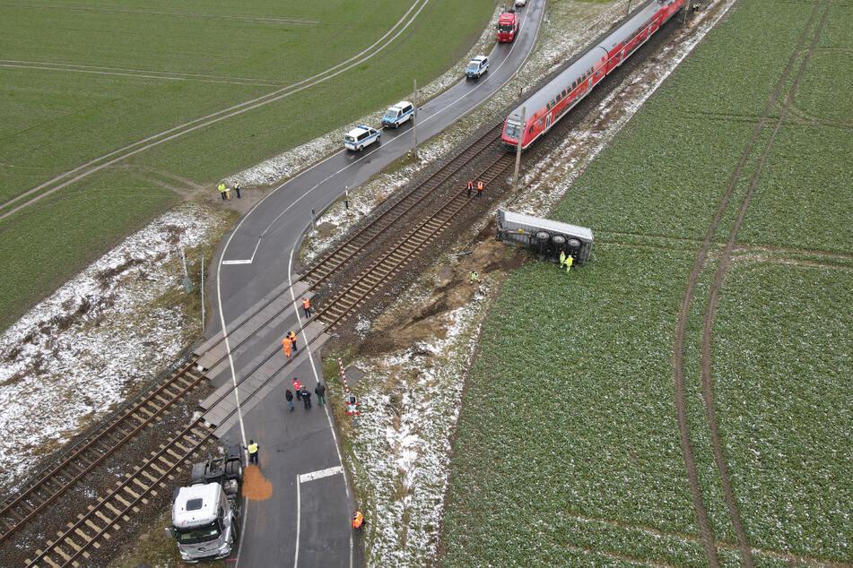 Vier Menschen wurden verletzt, die Bahnstrecke ist noch immer gesperrt.