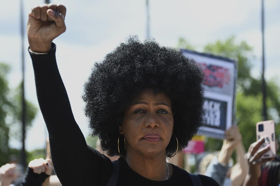 In weltweiten Anti-Rassismus-Protesten fordern die Menschen Gleichheit und Gerechtigkeit über alle Hautfarben und Ethnien hinweg.
