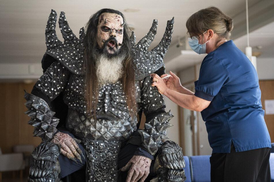 Mr. Lordi (47), Sänger der finnischen Hard-Rock-Band Lordi, wird von der Krankenschwester Paula Ylitalo die zweite Dosis eines Corona-Impfstoffs injizier