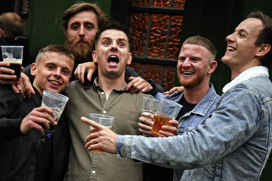 Großbritannien, London: Die Menschen trinken vor einem Pub am Borough Market.