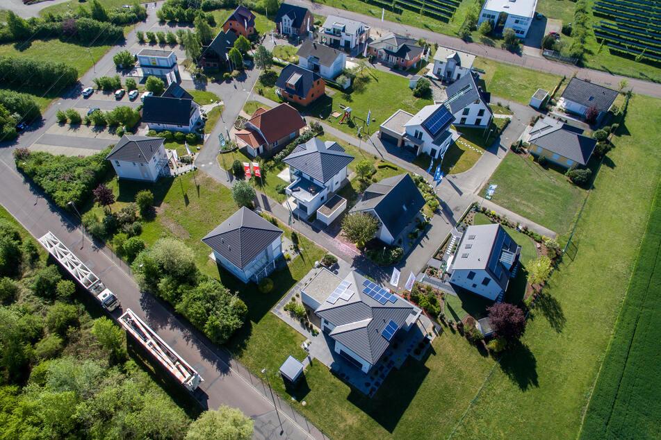 Schkeuditz: Blick auf den Unger Musterhauspark im Schkeuditzer Ortssteil Dölzig, aufgenommen mit einer Drohne. Hier stehen unterschiedliche Fertigteilhäuser verschiedener Hersteller.