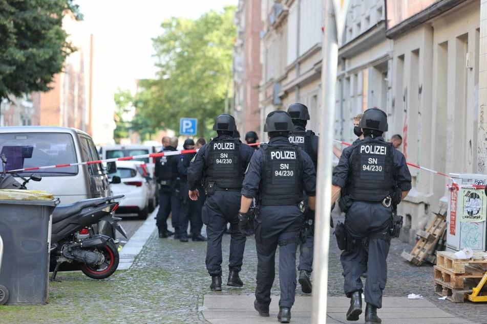 Die Polizei ist mit vielen Einsatzkräften vor Ort, nachdem es eine Auseinandersetzung in der Eisenbahnstraße in Leipzig gegeben hat.