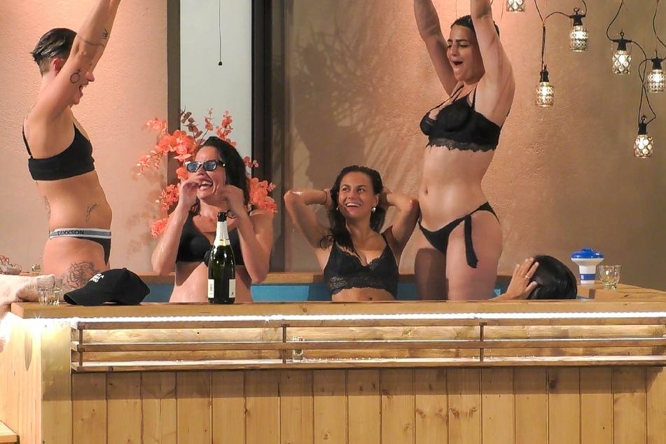 """Ausgelassene Stimmung im """"Princess Charming""""-Pool (v.l.n.r.): Elsa (23), Kati (28), Lou (21), Gea (28) und Miri (28) haben eine feuchtfröhliche Party geschmissen."""