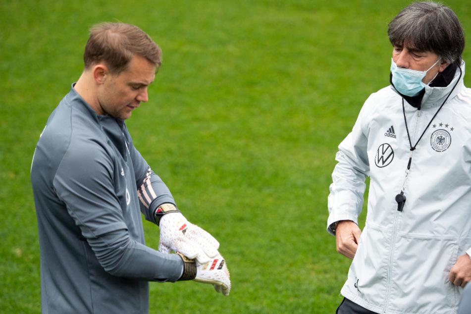 Manuel Neuer hat alle seine Länderspiele unter Bundestrainer Joachim Löw (61, r.) absolviert.