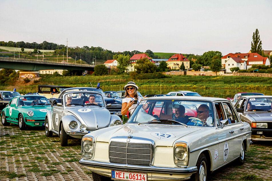 Tolle Stimmung am Meißner Elbufer: Bei der Oldtimer-Rallye geht's vor allem um Spaß und die Freude am Fahren.