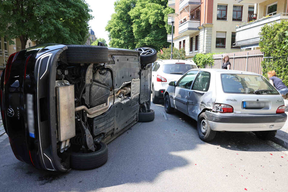 Den Citroën erwischte der Golf-Fahrer als Erstes. Das Fahrzeug knallte dann gegen den Wagen, der davor stand.