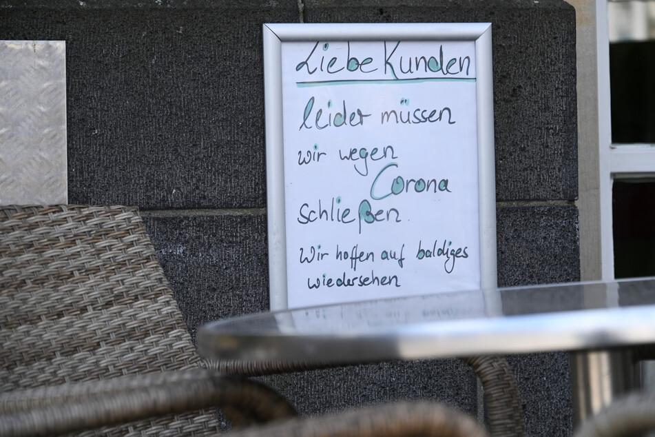 Ein Restaurant in der Innenstadt von Kassel macht mit einem Aushang auf die Schließung aufmerksam.