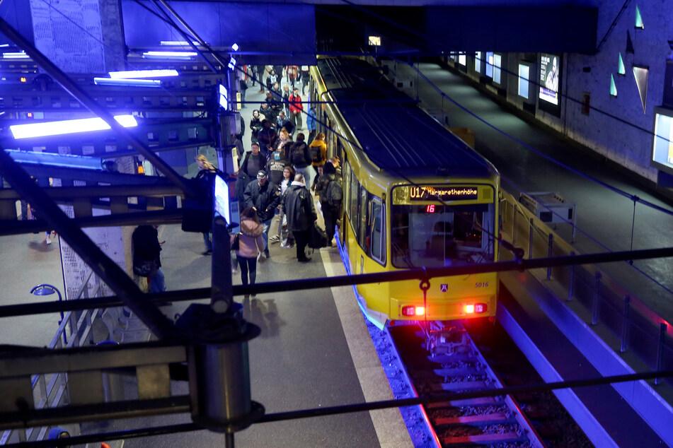 Menschen steigen in eine U-Bahn unter dem Essener Hauptbahnhof.