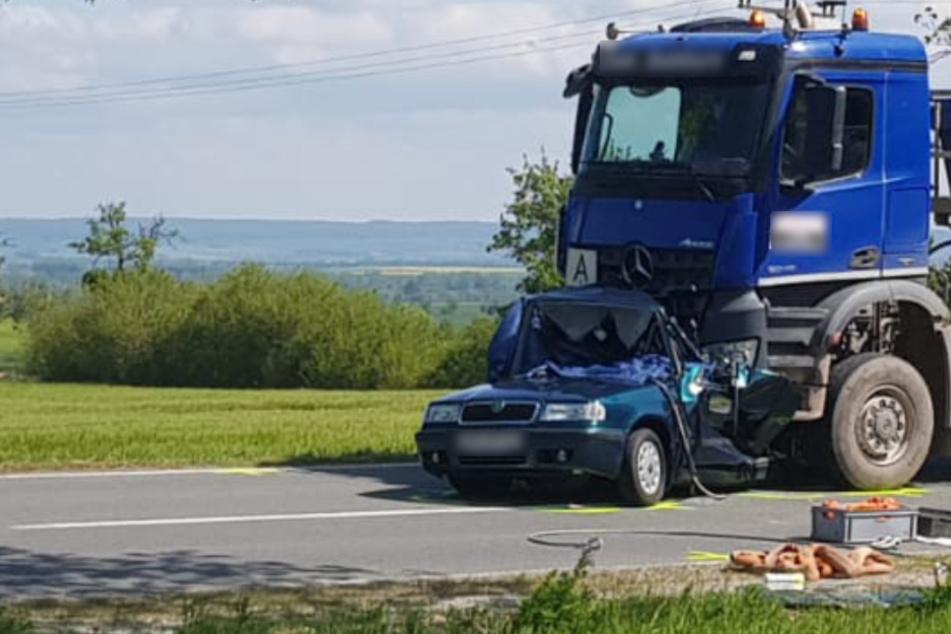 Horror-Unfall mit zwei Toten: Lastwagen zerquetscht Auto