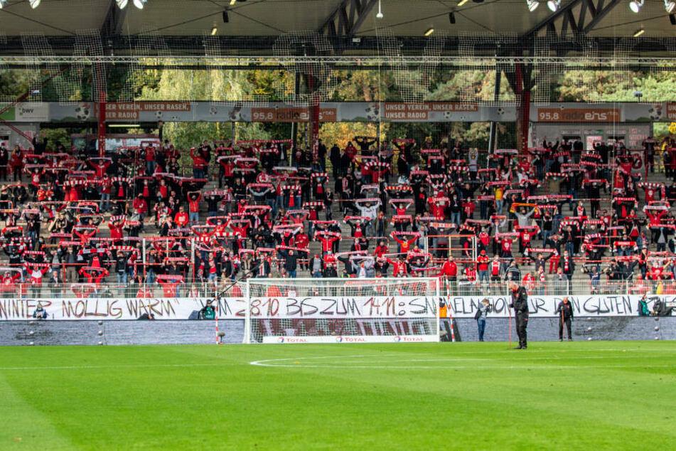 Am vergangenen Samstag waren beim Heimspiel des 1. FC Union Berlin gegen den SC Freiburg noch 4300 Fans im Stadion - mit Abstand und Maske aber ohne Fan-Gesänge und Sprechchöre. Zukünftig sind in den Berliner Stadien nur noch 500 Fans zugelassen.
