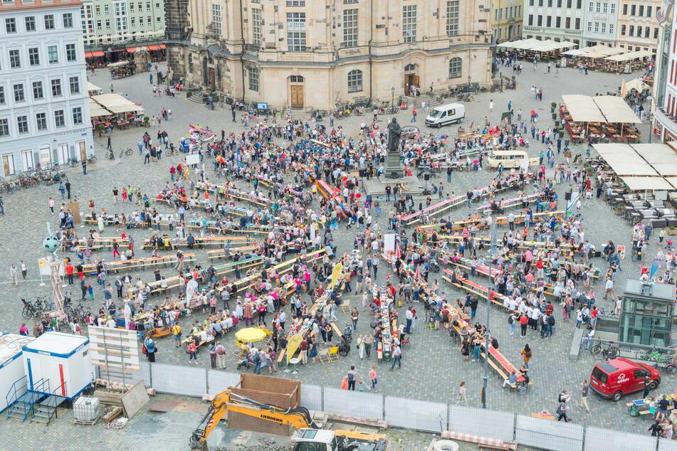 Dresden is(s)t bunt: So sah das Gastmahl für alle 2018 auf dem Neumarkt aus. (Archivbild)