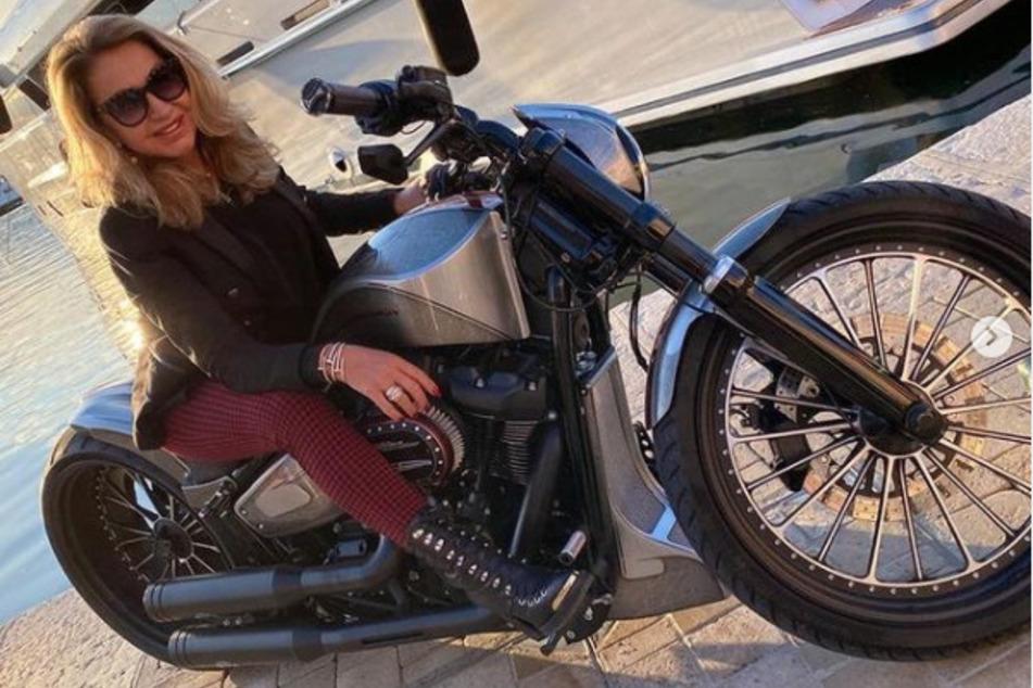 Im Hafen von Monte Carlo posiert die gebürtige Kölnerin auf der neuen Harley-Davidson von Ehemann Robert Geiss (57).
