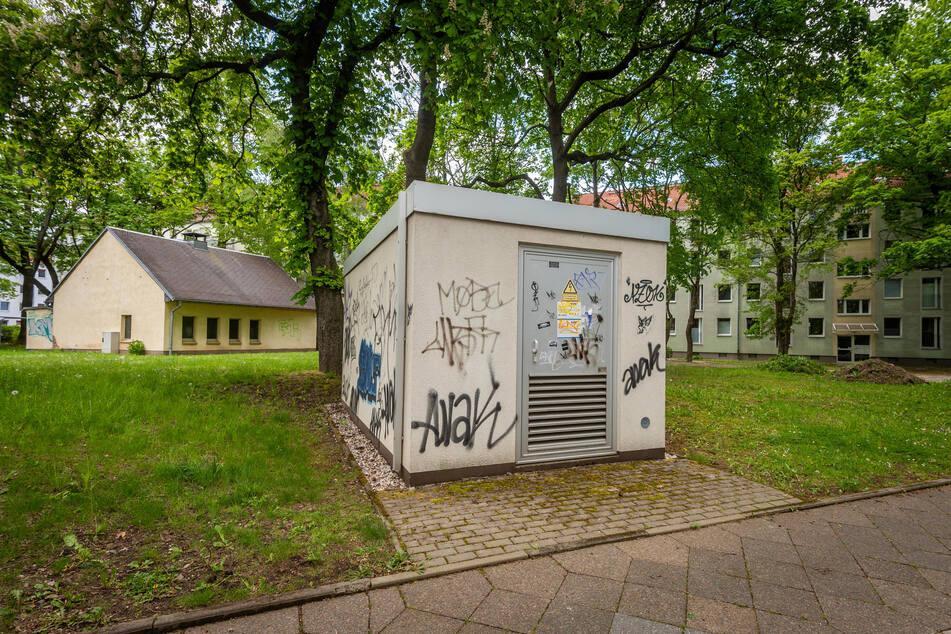 Dieses Grundstück an der Karl-Immermann-Straße verkauft die Stadt an Eins Energie. Strom-Trafo-Häuschen und Fernwärmeleitungen sind in Betrieb.