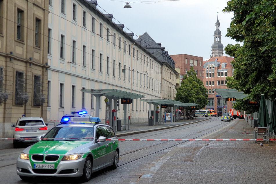 Polizeiautos stehen am gesperrten Tatort.