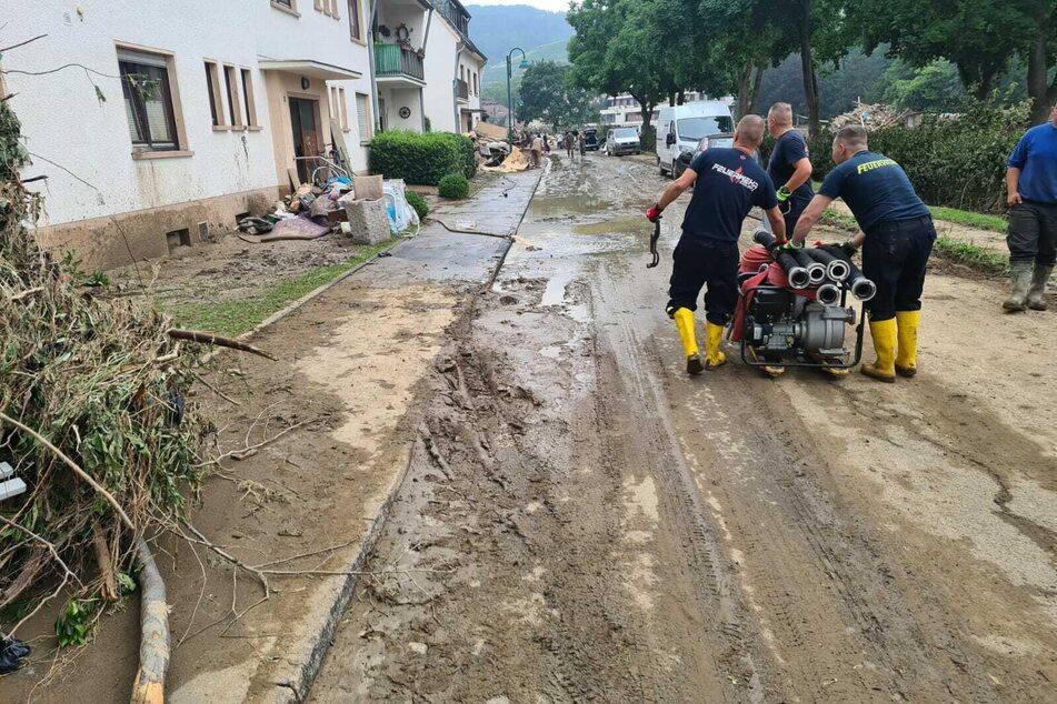 Vor allem beim Auspumpen von Kellern will das zwölfköpfige Team aus Sachsen helfen.