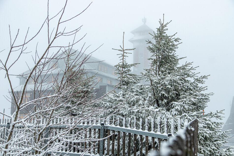Auf dem Fichtelberg fielen am Donnerstag wenige Zentimeter Neuschnee.