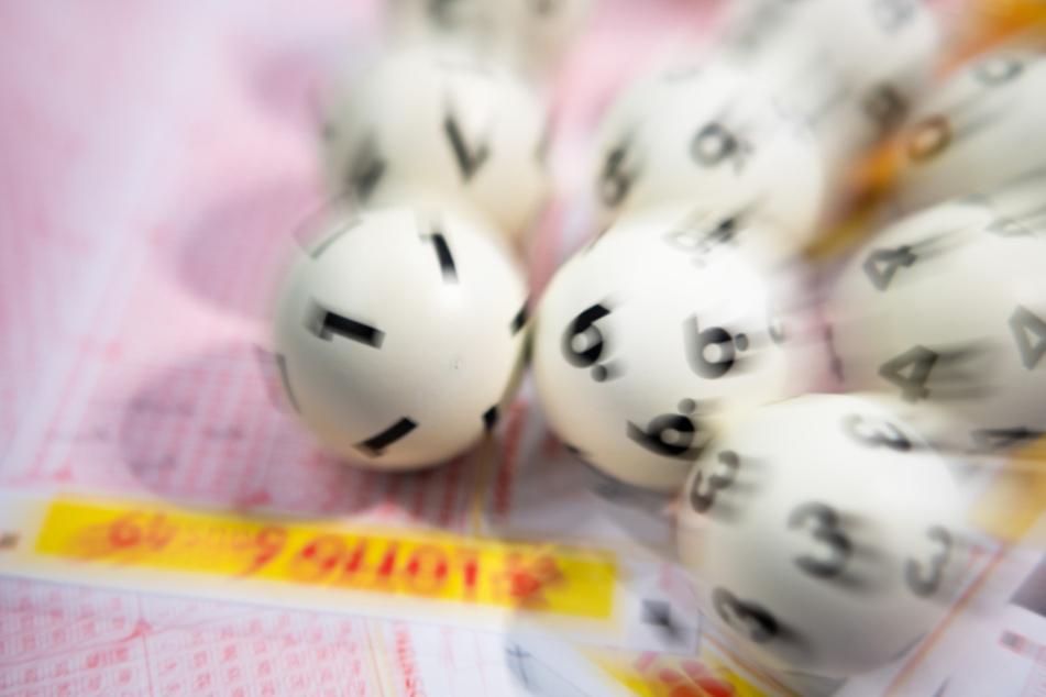 Lottospieler gewinnt 10.000 Euro monatliche Rente