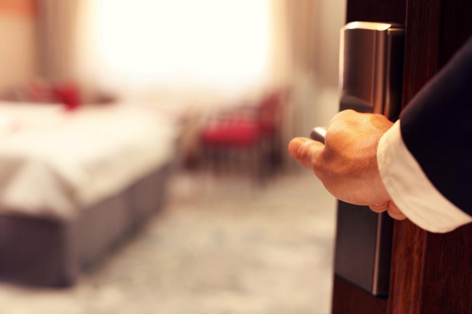 Kaum hatte er das Hotelzimmer betreten, merkte er, dass sich das Personal geirrt haben musste. Dann kam ihm eine Idee (Symbolbild).