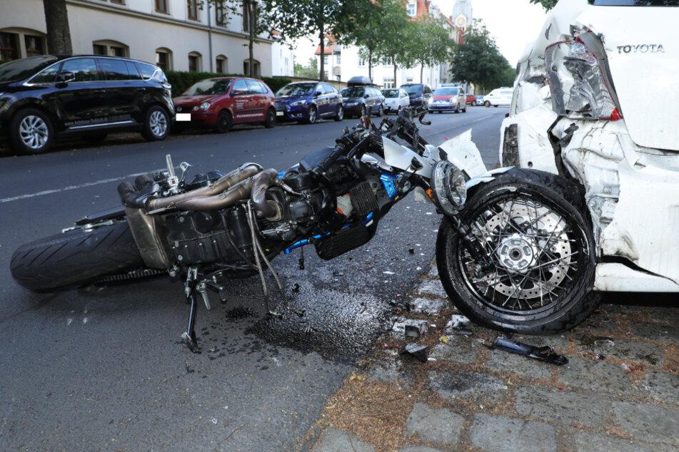 Das Motorrad knallte gegen ein parkendes Auto.
