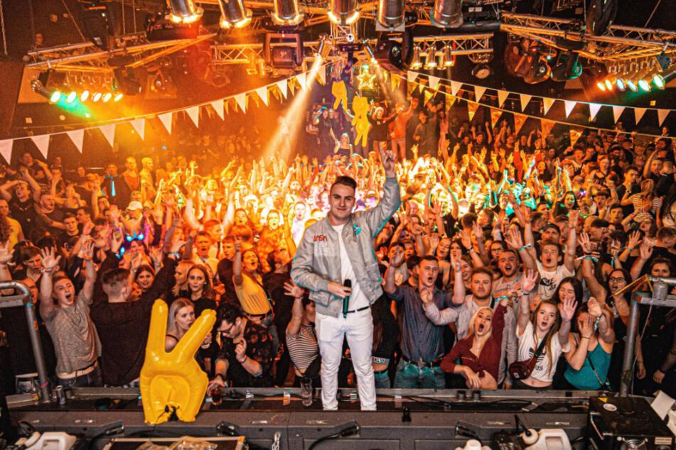 Justin Pollnik, hier bei einem Event in Stollberg im Jahr 2019, geht am Freitag mit vielen weiteren DJ-Kollegen für 48 Stunden am Stück online.