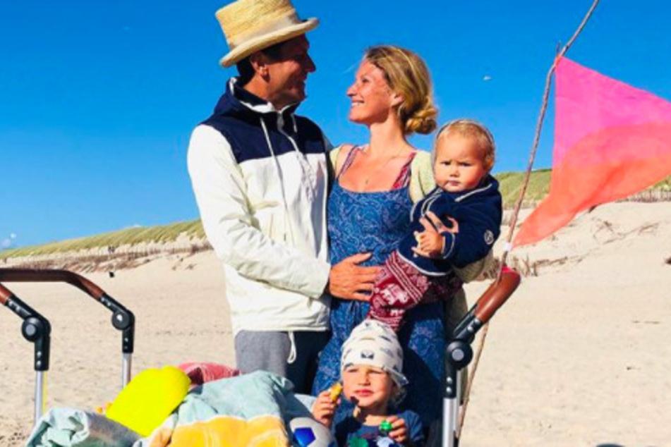 Janni und Ehemann Peer Kusmagk (44) verbringen die Corona-Zeit an der Nordsee.