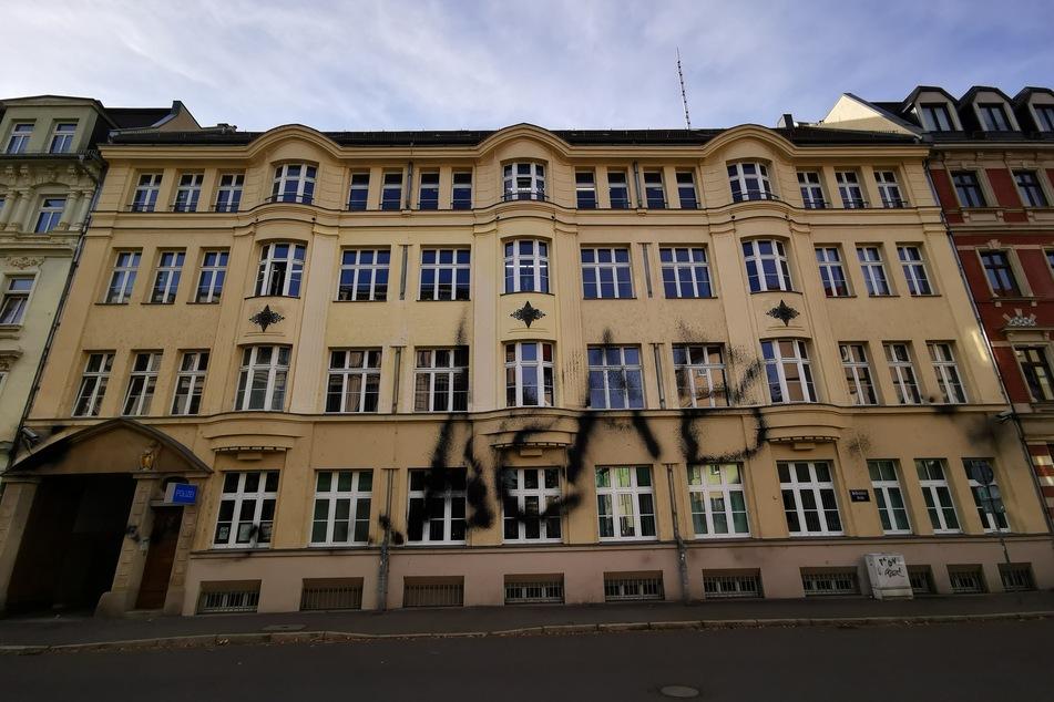 Unbekannte haben Sonntagnacht die Fassade der Polizei-Außenstelle Leipzig-Südwest mit Farbe beschmiert.