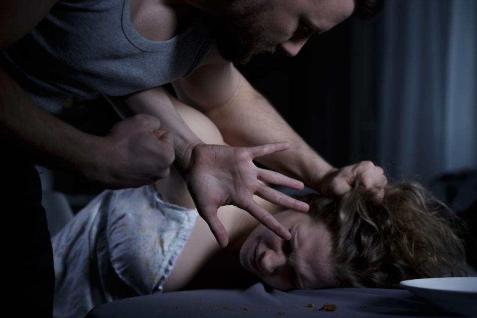 Bruder betrinkt sich mit Schwester und vergewaltigt sie: Dann bekommt sie sein Kind!